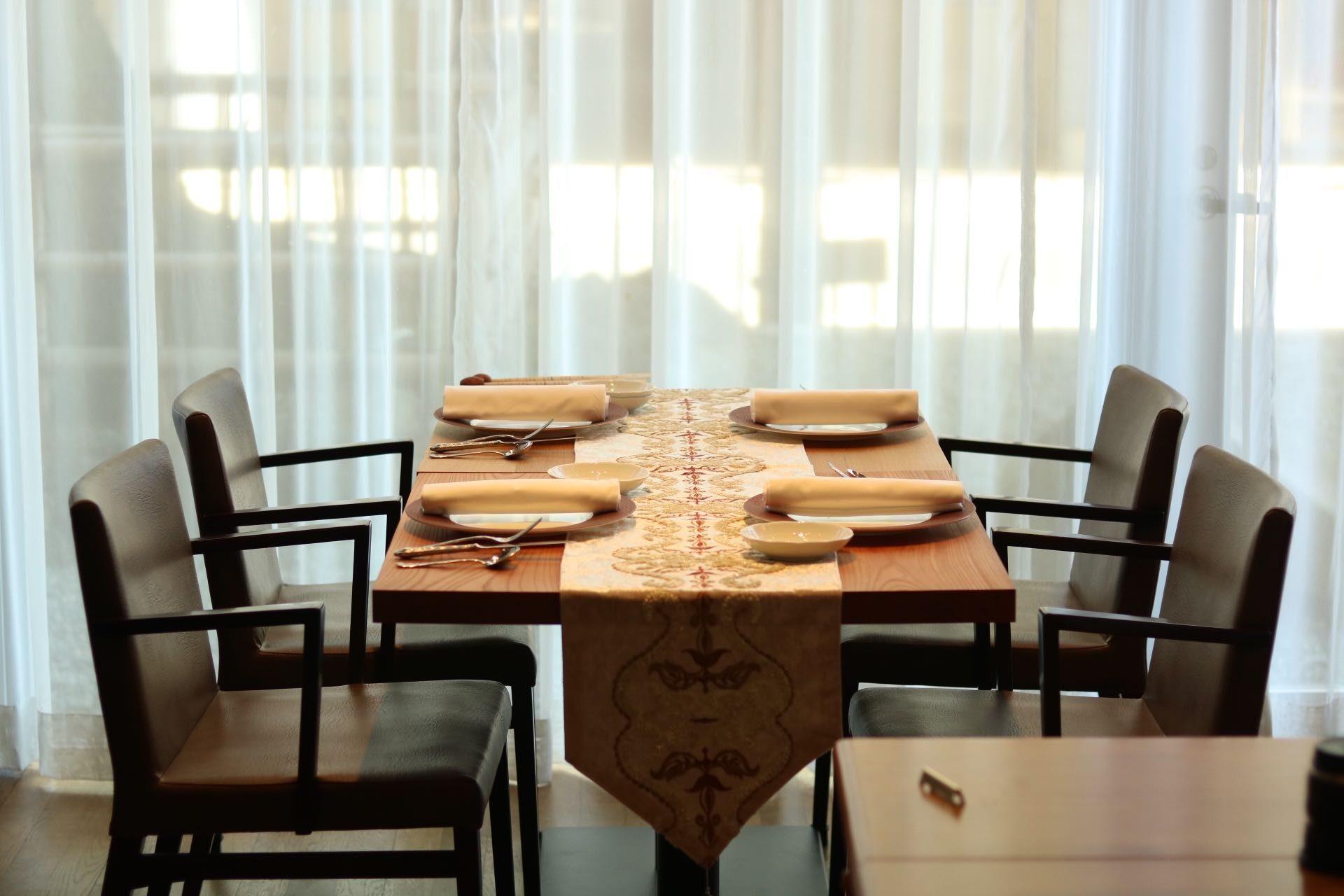 異なる材のテーブルを配置することで木の素材感が引き立ちます