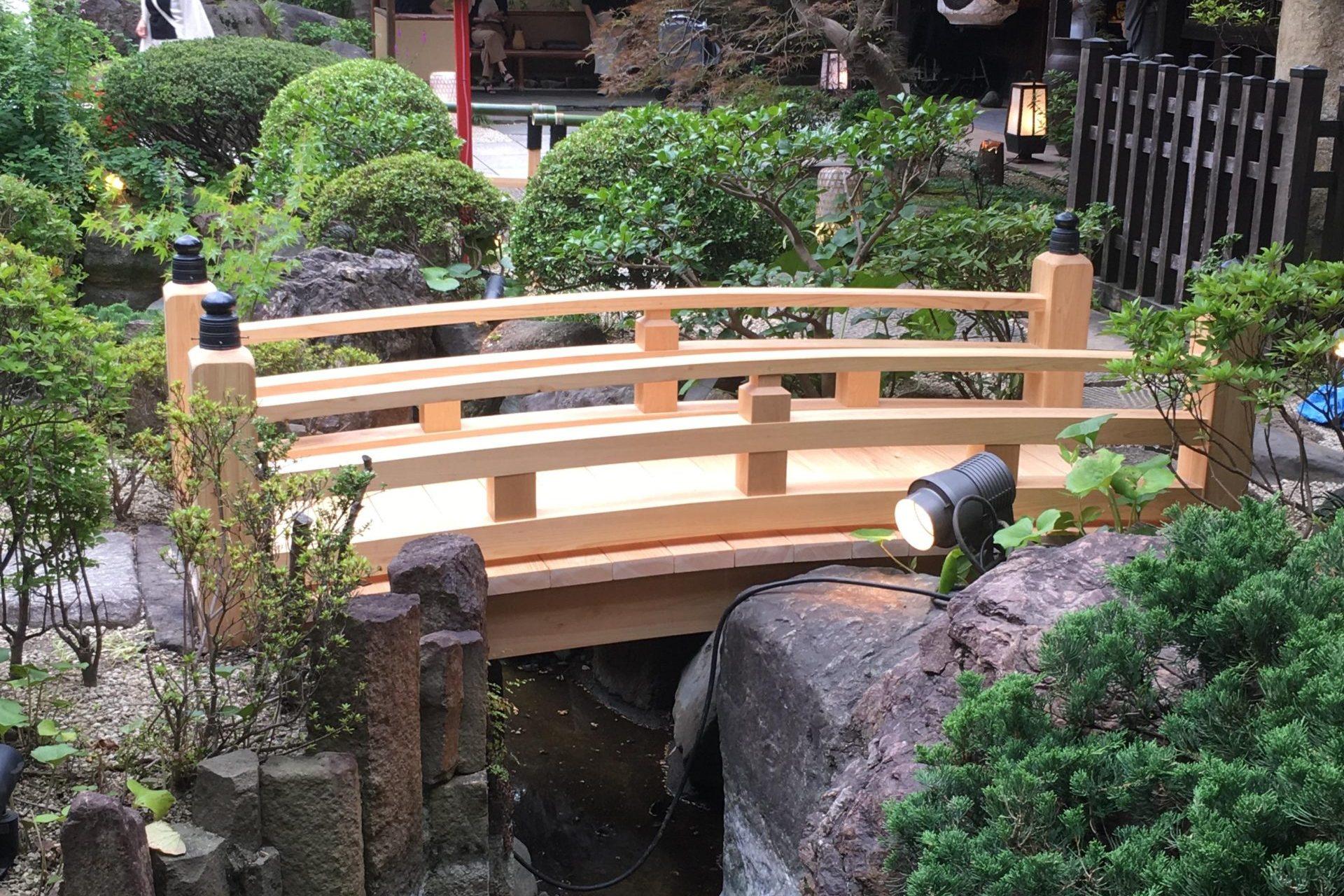 「良材を探す時間と労力のカットが、デザインに集中できる環境を創り出す」日本画のような風景に佇む、最上級国産ヒノキの太鼓橋