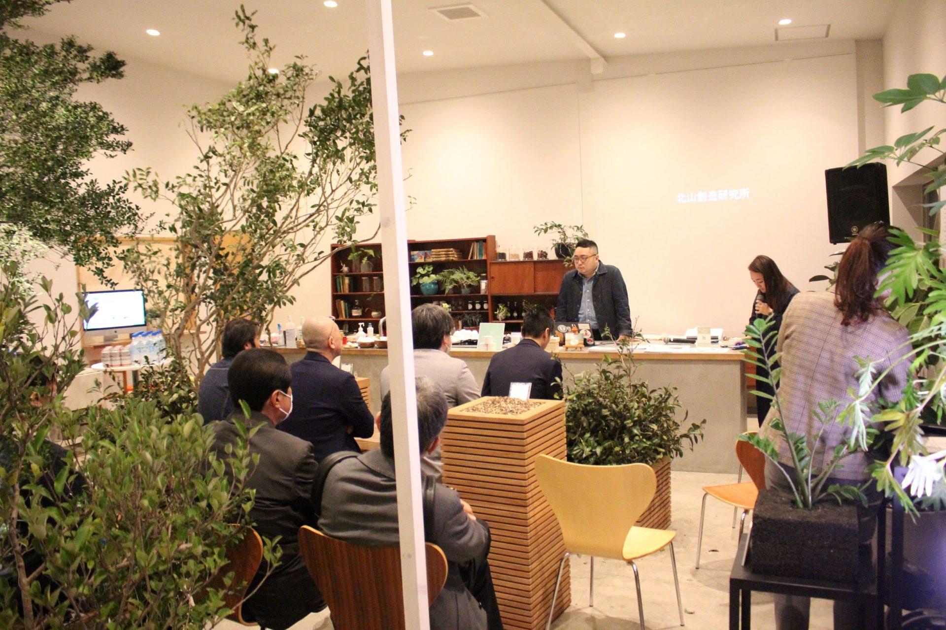 植物と調和した会場