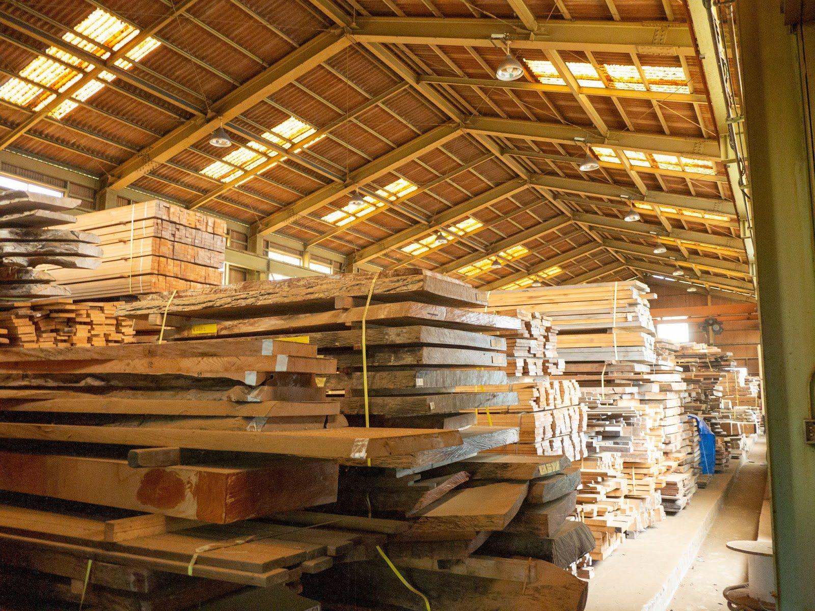 在庫になってしまい、うずたかく積み上げられた木材