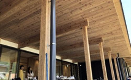 CLTを用いた木造図書館の外観、CLTで深い庇を取った