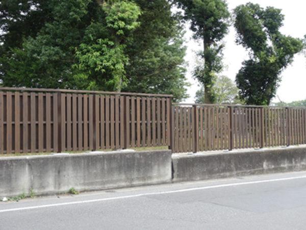 木塀で改修された霊園